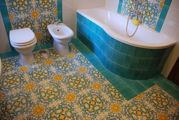 Foto bagno padronale in ceramica vietrese di