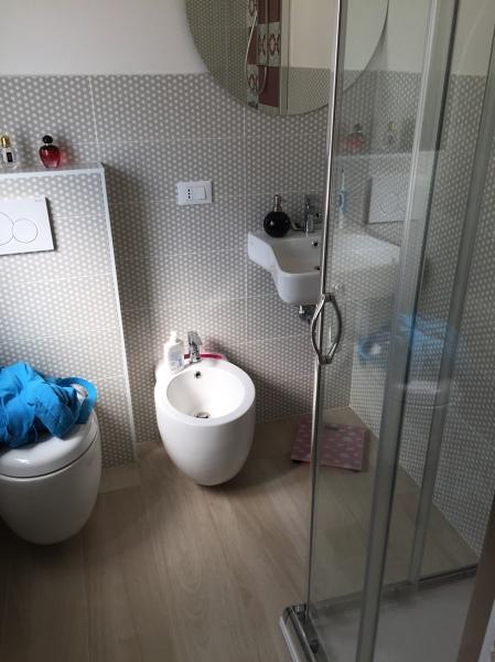 Foto bagno piccolo de ristrutturare costruire i d c for Piccolo bagno mediterraneo