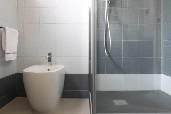 Foto bagno principale con composizione di piastrelle ceramica