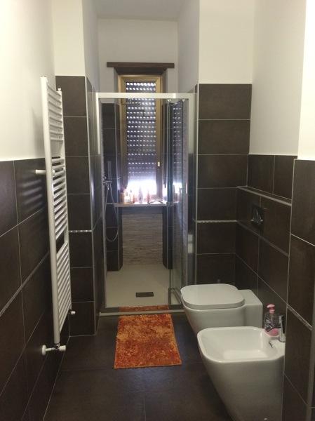 Foto cabina doccia davanti alla finestra per dare pi - Doccia finestra ...