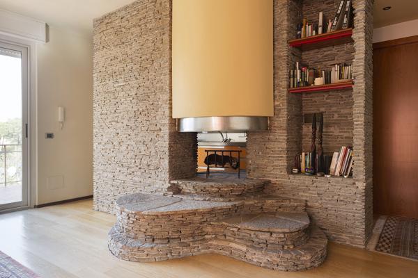 Arredamento Parete Soggiorno : Foto camino in pietra e intonaco di costruzioni simotti