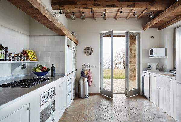 Foto casa di campagna moderna con cucina in muratura di for Foto di sale moderne