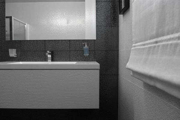 Foto: casa privata: bagno con piastrelle mosaico e tenda pacchetto