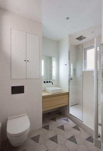 Foto colori chiari per un bagno piccolo di rossella - Doccia con finestra dentro ...