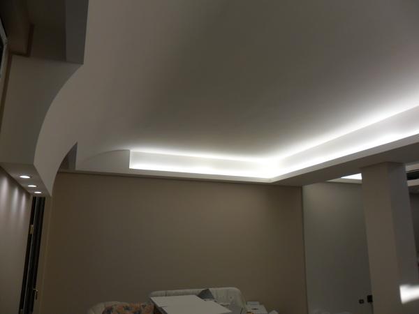 Foto controsoffitto curvo e gole con illuminazione a neon di