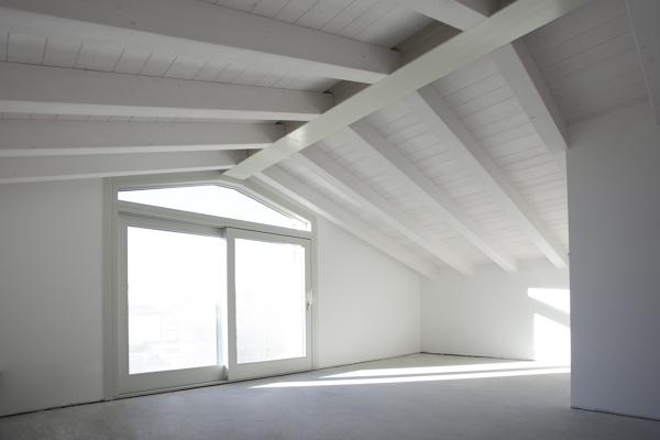 Foto copertura in legno sbiancato a vista con trave di colmo in acciaio di tonin case in - Legno sbiancato tetto ...