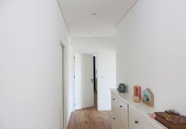 Illuminazione Corridoio Lungo E Stretto : 7 corridoi lunghi e stretti che diventano indispensabili in casa