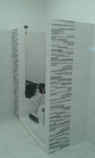 Foto creazione doccia con seduta in muratura posa piastrelle con mosaico di m g servizi srl - Posa piastrelle mosaico ...