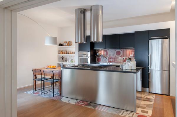 Foto: Cucina Ad Incasso con Cappe Pendenti Sull\'isola. di ...