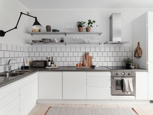 Foto: cucina bianca con piano grigio e mensole di rossella
