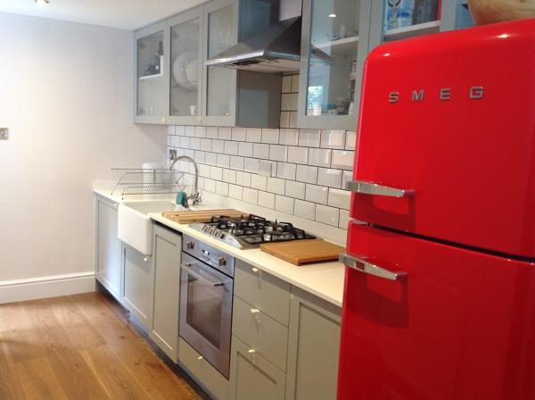 Foto: cucina con ceramiche bianche e fuga nera di fds property