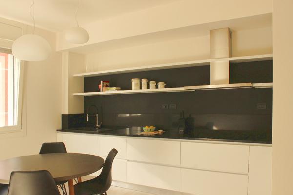 Foto cucina con contrasto bianco nero a parete pittura - Parete lavagna cucina ...