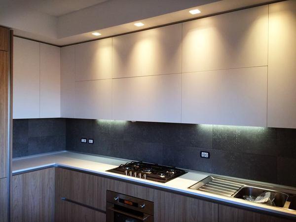 Foto cucina con controsofitto con luci a led fascione abk