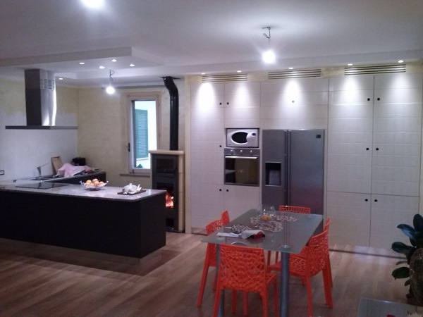 Foto: Cucina con Faretti e Elettrodomestici Ad Incasso di Ag ...