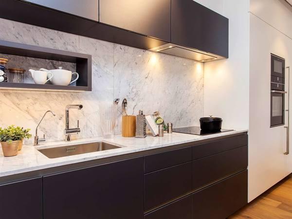 Foto: Cucina con Parete e Piano In Marmo di Rossella Cristofaro ...