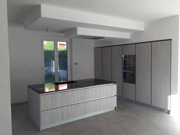 Foto cucina in fase di montaggio legno frassinato e top dekton di ingrosso mobili 495378 - Montaggio top cucina ...