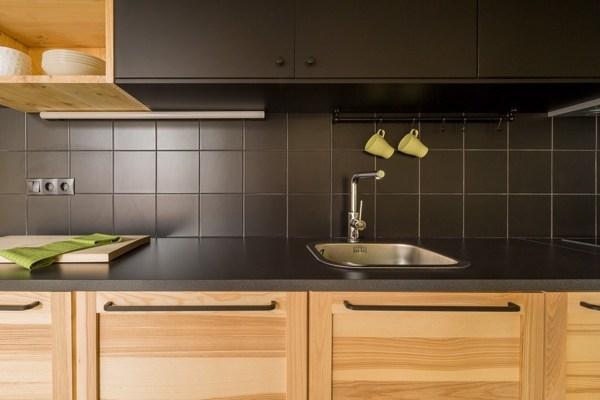 Foto: cucina in legno con piastrelle nere di rossella cristofaro
