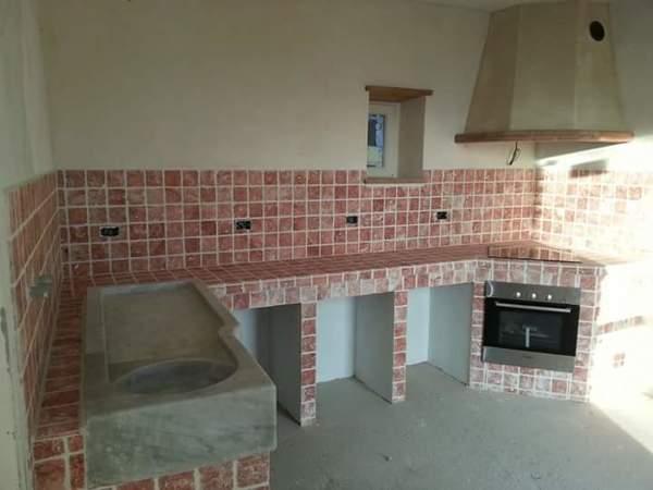 Foto cucina in muratura con rivestimento in pietra del - Rivestimento cucina in muratura ...