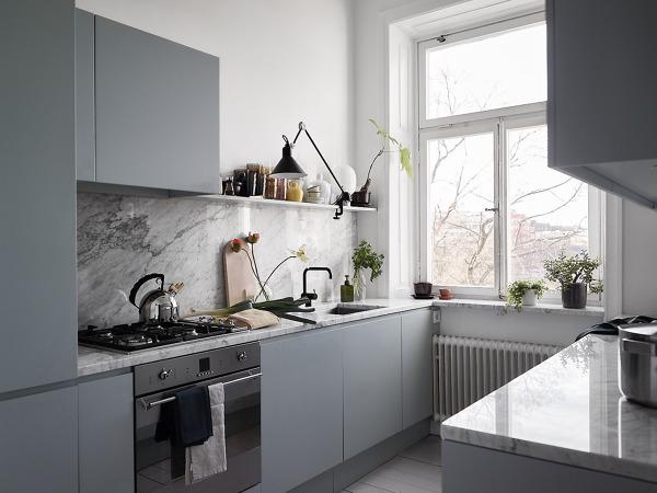 Foto cucina moderna azzurra con piani in marmo di for Cucina azzurra