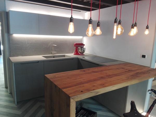 Foto cucina penisola e illuminazione di piano di posa di