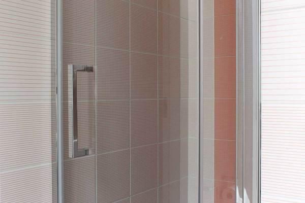 Foto: dettaglio della composizione creata con piastrelle colour
