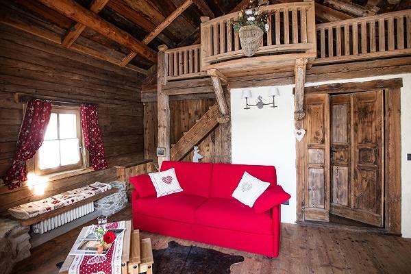 Foto divani per case di montagna realizzazione su for Arredamento chalet legno