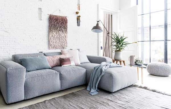 Foto divano dalle linee squadrate di rossella cristofaro for Piccole case quadrate