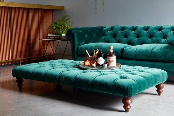 Foto divano in velluto con pouf di rossella cristofaro for Divano con pouf