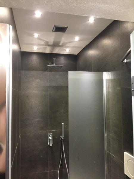 Foto doccia con soffitto cartongesso con faretti incasso for Faretti incasso cartongesso