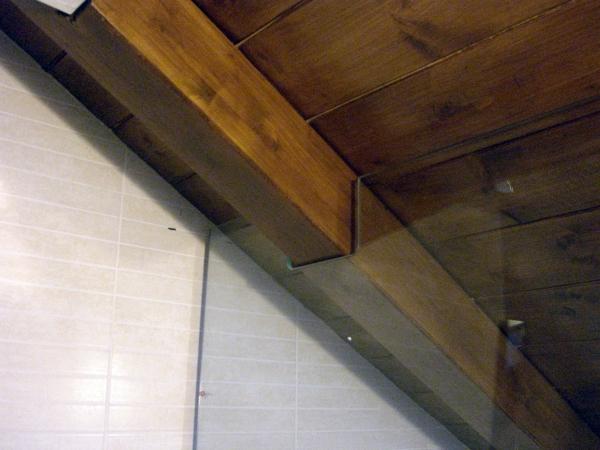 Foto doccia in mansarda con travi a vista di icis