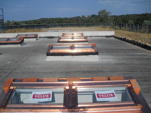 Foto esterno tetto piano di ditta fantoni luca velux for Finestre velux cagliari