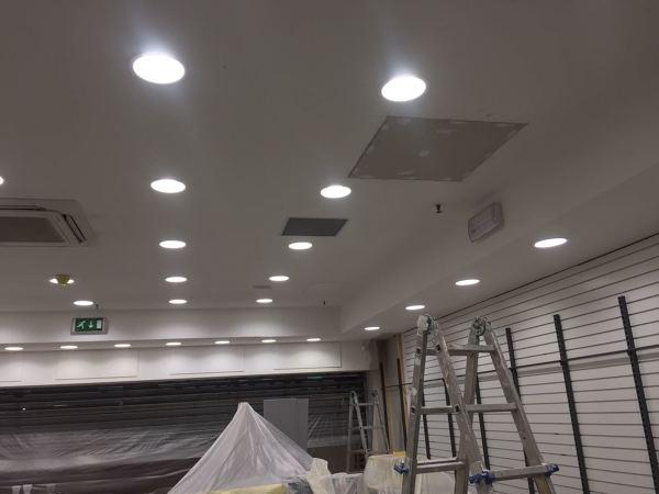 Foto finitura soffitto in cartongesso imbiancato con luci di