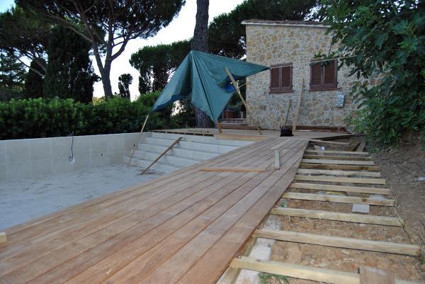 Foto fornitura e realizzazione bordo piscina in teak di parquet livorno luca alessio 42501 - Bordo perimetrale piscina prezzi ...