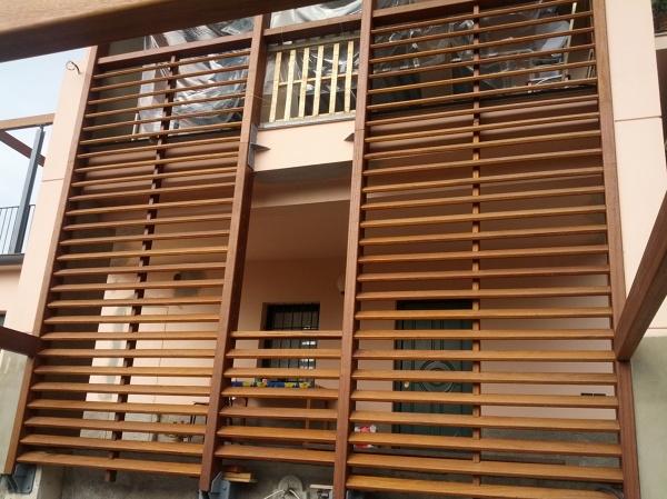 Foto frangisole in legno iroko di galli legnami industria legnami tirano srl 293454 habitissimo - Frangisole esterni per finestre ...