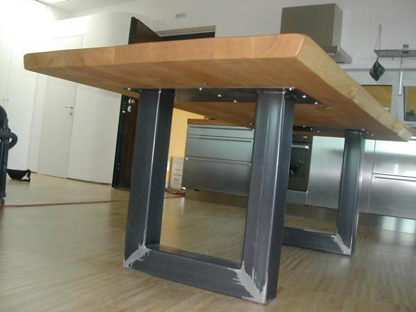 foto gambe tavolo ferro grezzo piano legno massello di