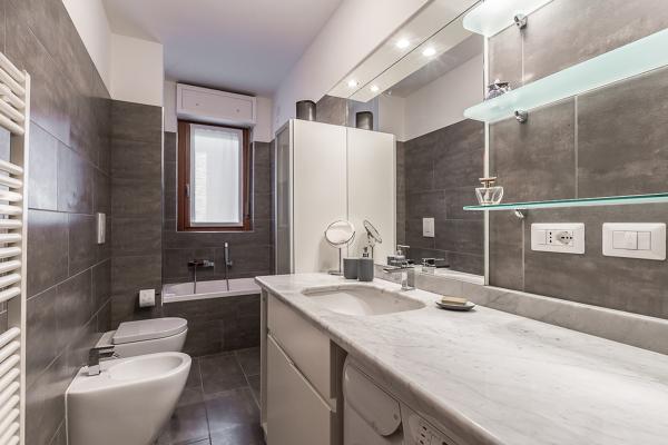 Foto il bagno grigio di facile ristrutturare milano 417300 habitissimo - Costo ristrutturare bagno ...