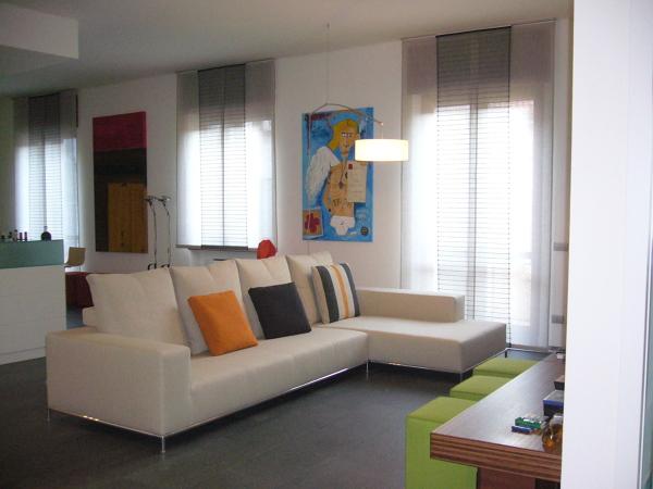 Foto il divano con mensolone sotto tv e sedute mobili di - Divano con mobile incorporato ...