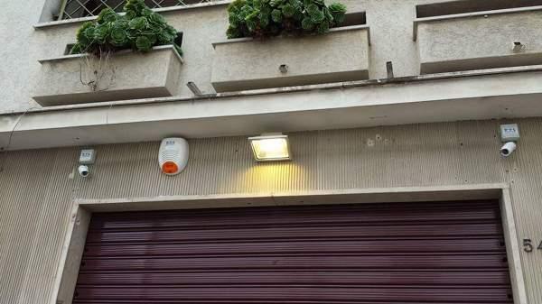 Foto: illuminazione esterna con faro a led e sistemi di sicurezza di