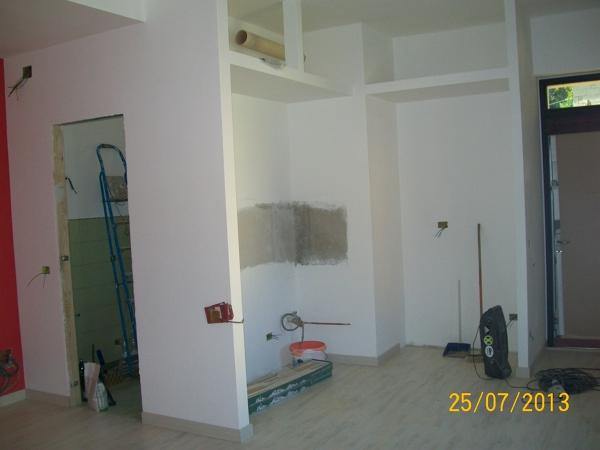 Foto l 39 ingresso con l 39 angolo cottura ed i ripiani in for Pareti sala in cartongesso