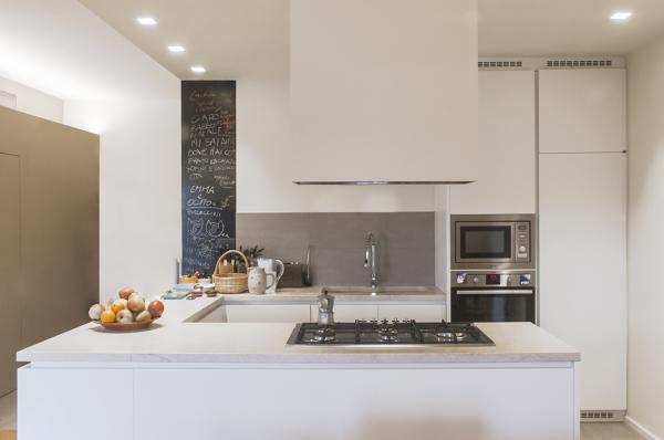 Foto la cucina con la parete in lavagna di officina abitare