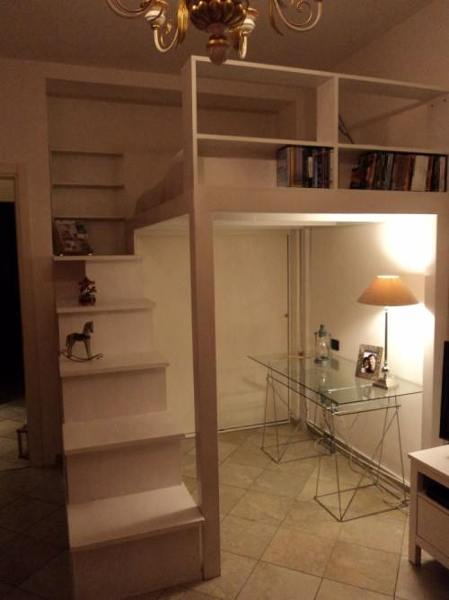 Foto lletto a soppalco con libreria nella scala e mobile porta vestiti di falegnameria - Letto a soppalco su misura ...