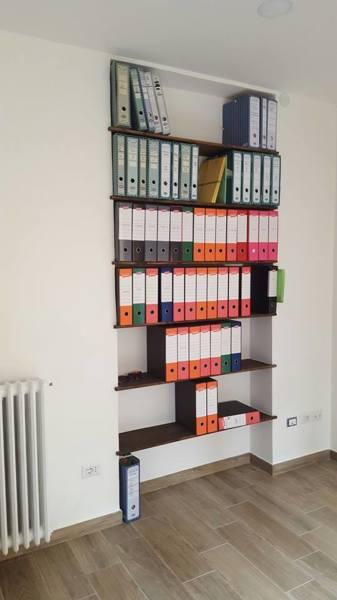 Foto libreria con mensole in legno incassate nella parete for Mensole libreria