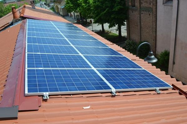Foto pannelli fotovoltaici su copertura finto coppo di for Pannelli finto coppo coibentati prezzi