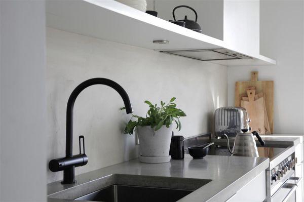 Foto paraschizzi cucina in cemento resina di rossella cristofaro