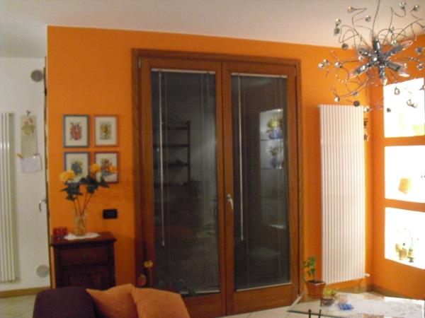 Pareti Colore Arancione : Foto: parete arancio sala da pranzo di vida en color #346649