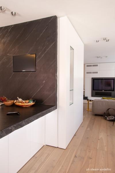 Foto: Parete Attrezzata Ingresso e Piano Cucina In Pietra che Integra la Tv di Coolstoodio ...