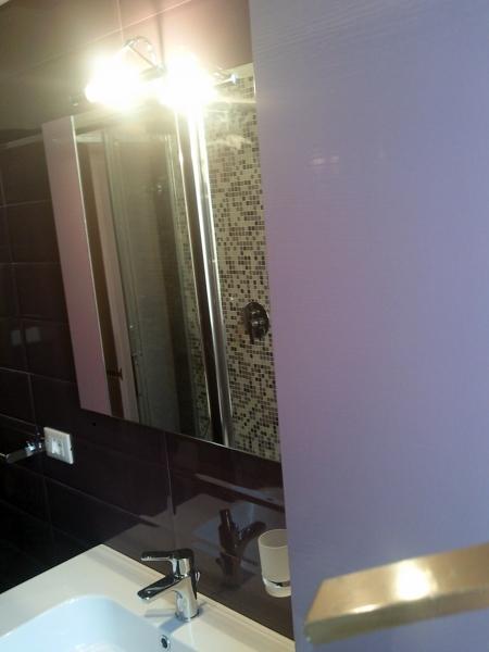 Foto parete bagno rivestita con listelli di ceramica color viola installazione arredamenti del - Bagno di colore ...