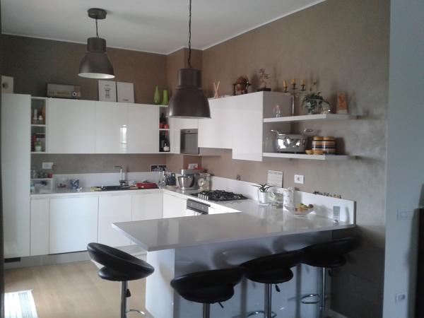 Foto parete cucina in resina di cuberistrutturazioni - Resina parete cucina ...