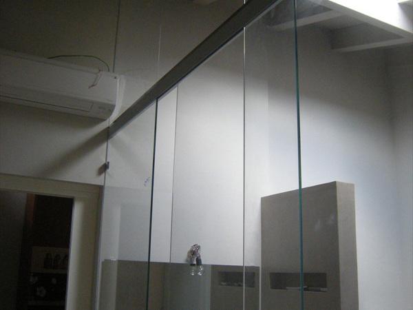 Foto: parete divisoria bagno in cristallo con porta scorrevole di