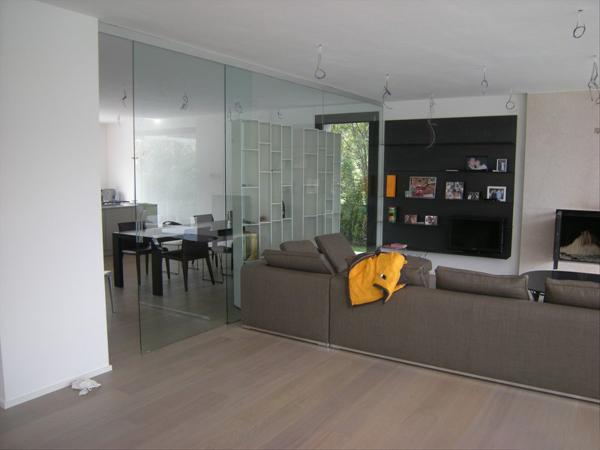 Foto parete divisoria sala cucina in cristallo - Parete attrezzata con porta scorrevole ...